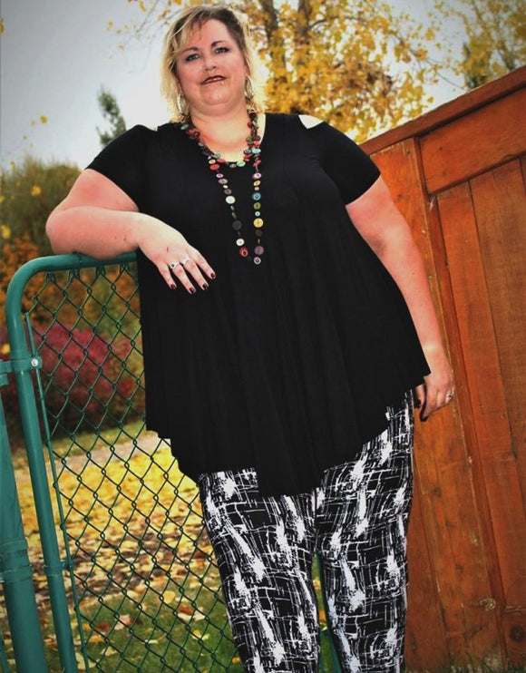 extra plus curvy size soft leggings with abstract design in black for everyday wear