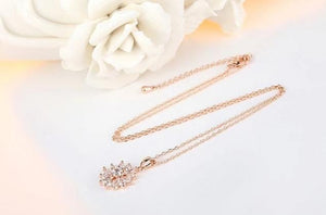 Flower necklace with cubic zirconia in rose gold with clear crystals