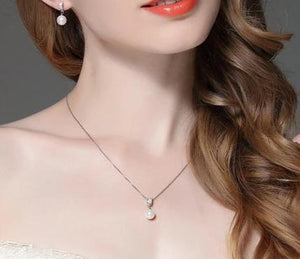 Drop pearl necklace with Zircons on woman