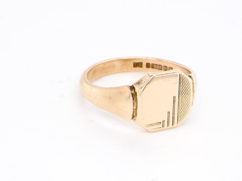A good quality 9 carat gold man's signet ring