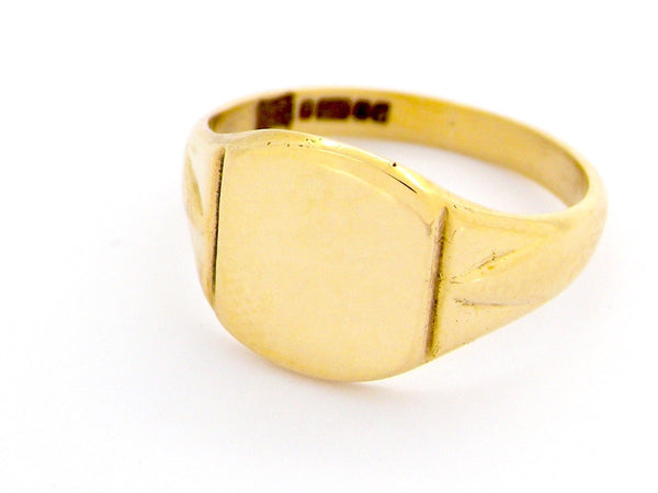 A man's 9 carat gold signet ring