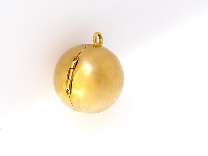 A 9 carat gold opening ball charm