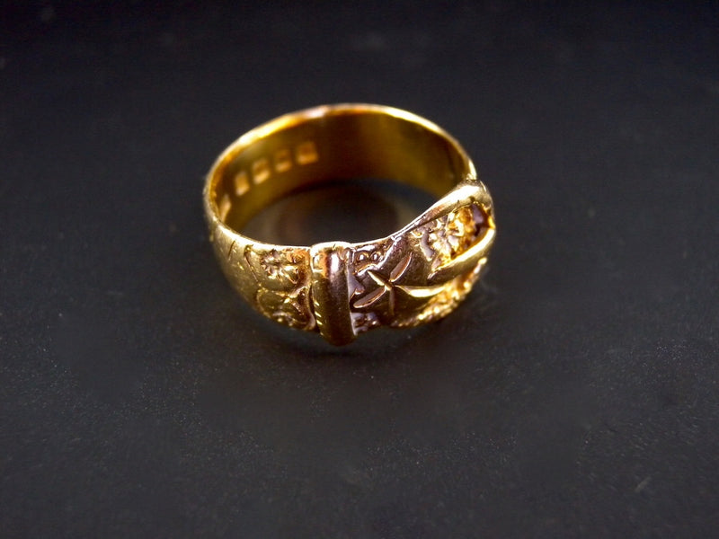 An 18 carat gold buckle ring
