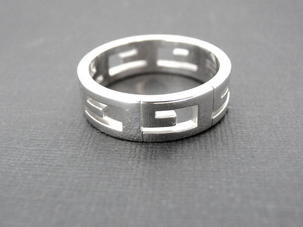 A man's Gucci gold 'G' ring