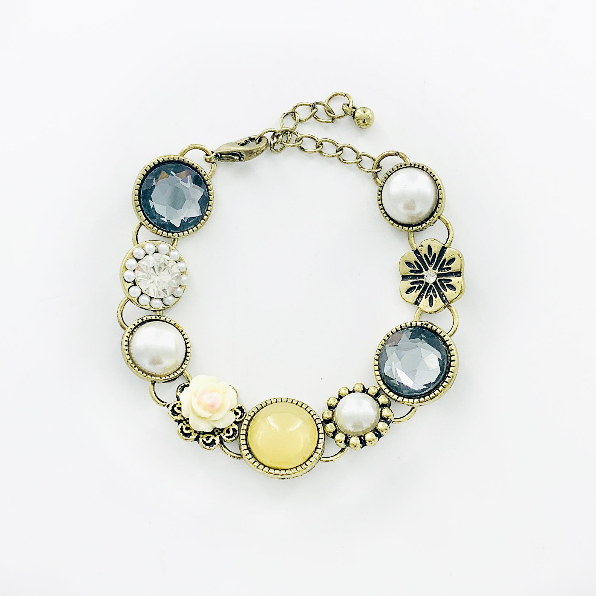 Vintage-styled bracelet with pearls and stones