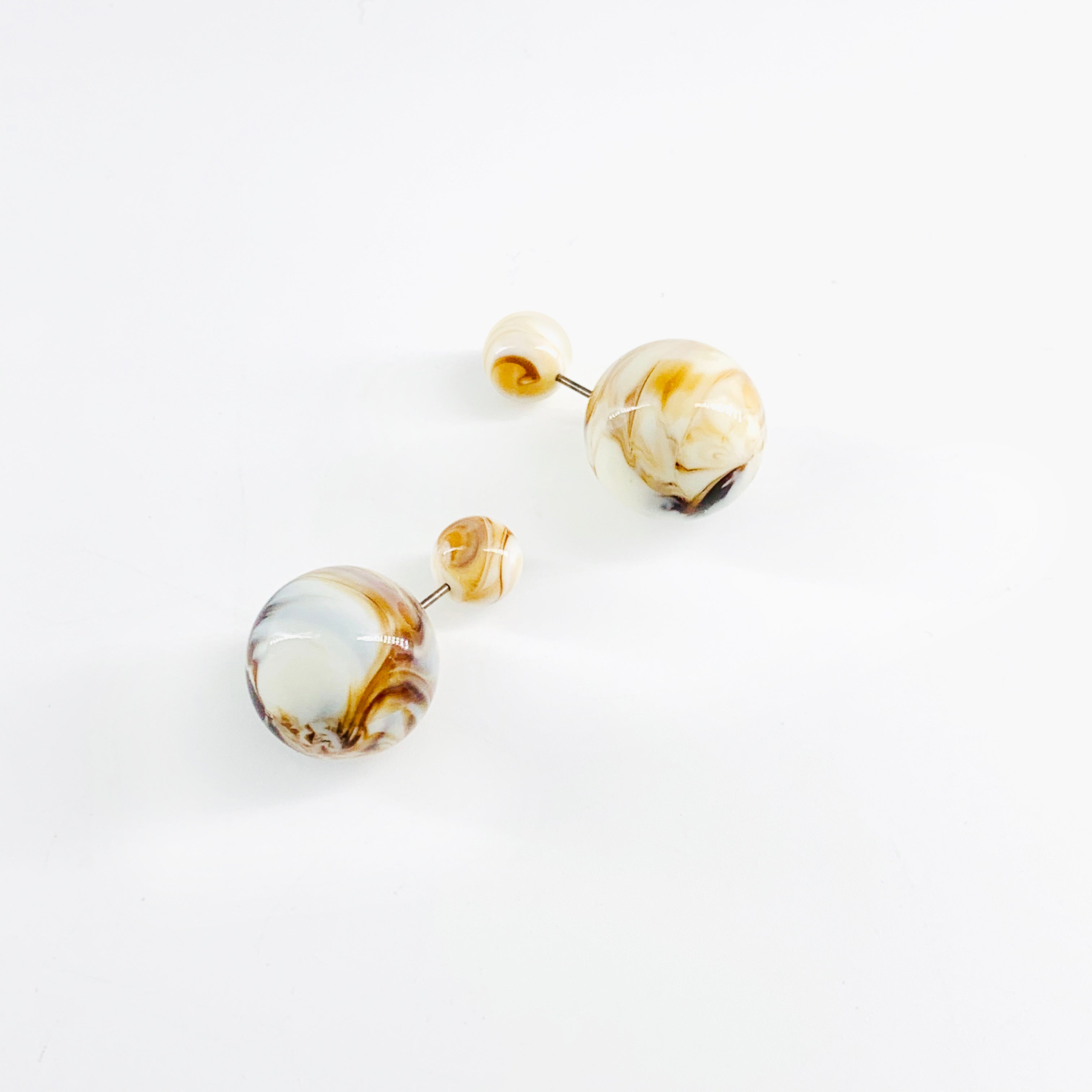 Dip-dyed marble ball earrings in brown and white