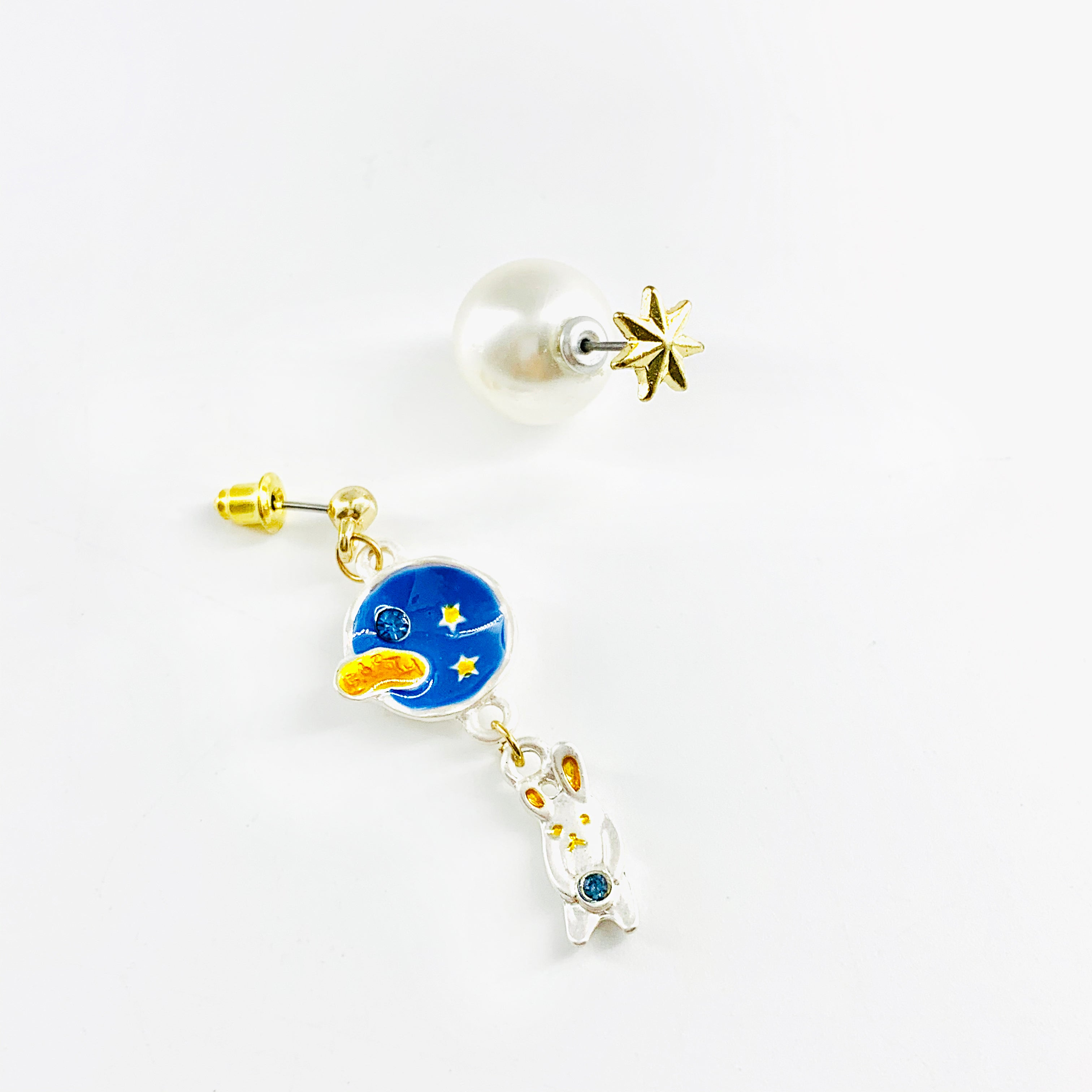 Asymmetric earrings with planet and star pearl