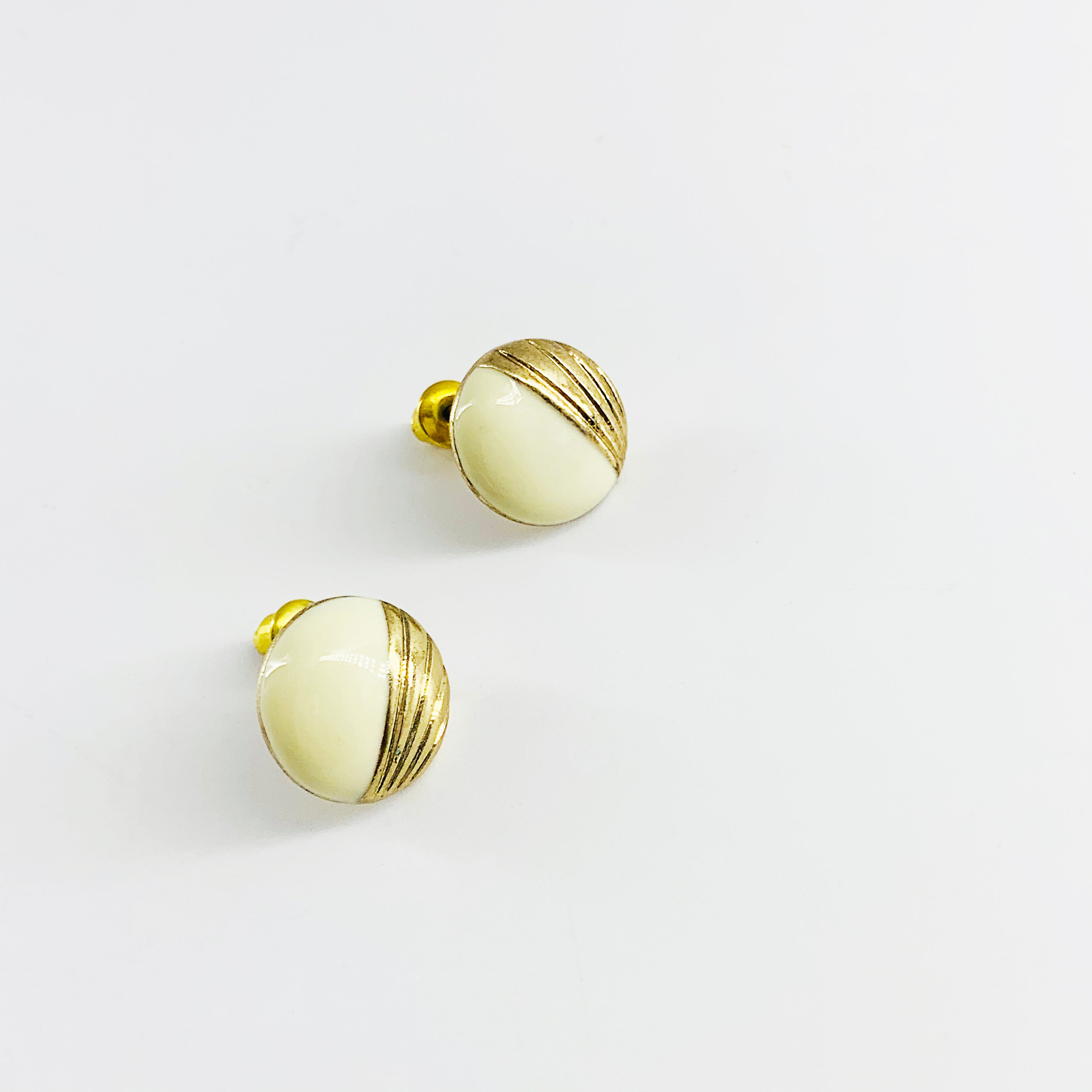 Round earrings with white enamel colour