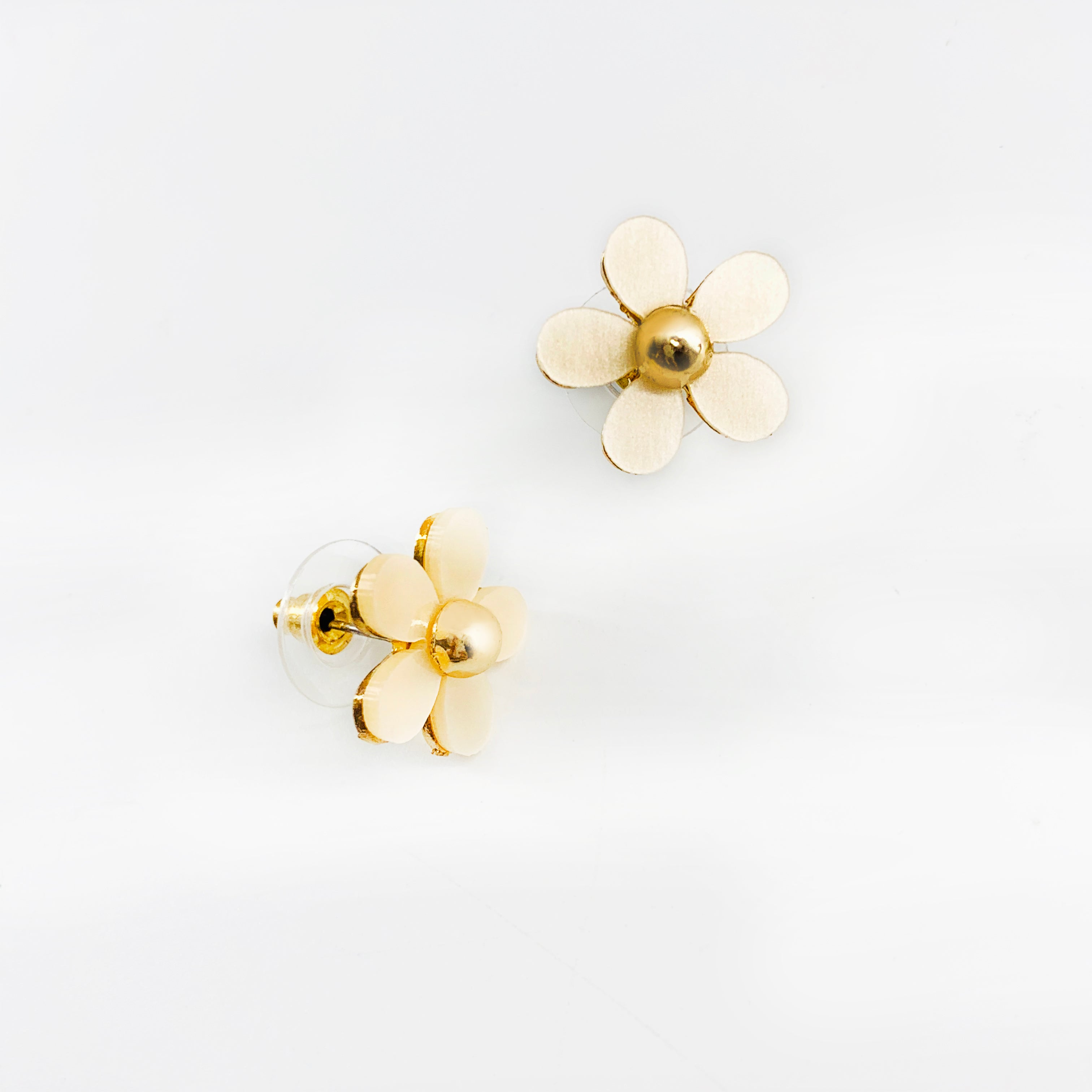 Nude daisy flower gold earrings