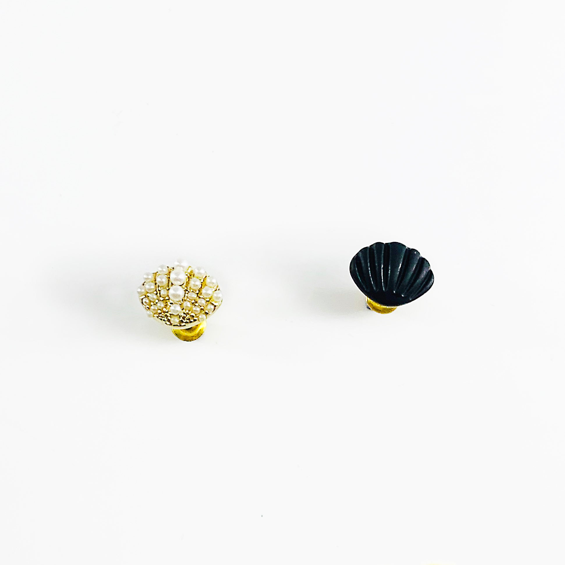 Seashell earrings in gold and pearl and matt black