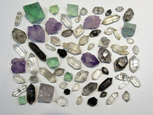 Laden Sie das Bild in den Galerie-Viewer, Bergkristall Amethyst Fluorit Granat Mix Los 70 Stk. Welt China