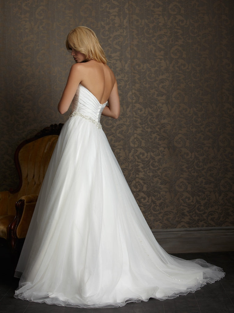Stunning wedding dress has an amazing Mermaid/Fishtail silhouette - The Wedding LookBook
