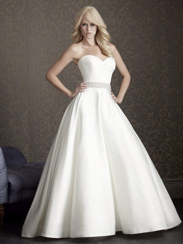 Beautiful wedding dress has an amazing A-Line silhouette - The Wedding LookBook