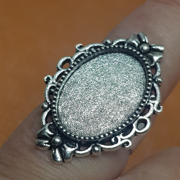 silver oval ring setting