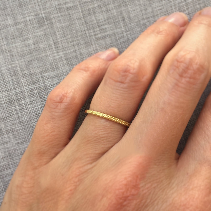 Dotted band in Yellow Gold