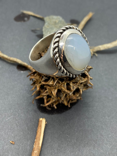 Corona ring in silver with a calchedony stone