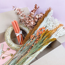 Laden Sie das Bild in den Galerie-Viewer, adventskranz-trockenblumen-holy-jolly-diy-kit-orange-rost-weiss-globaldesire
