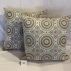 GOLD/BLACK MEDALLION PRINT ACCENT CUSHION