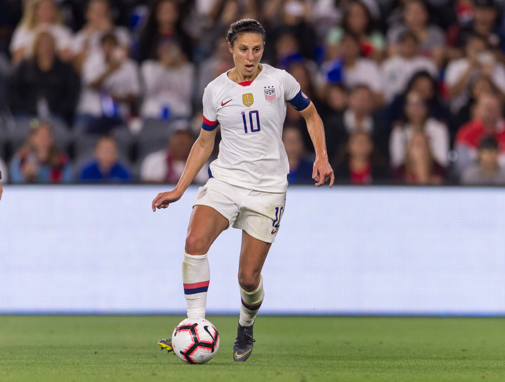 Carli Lloyd passing the ball