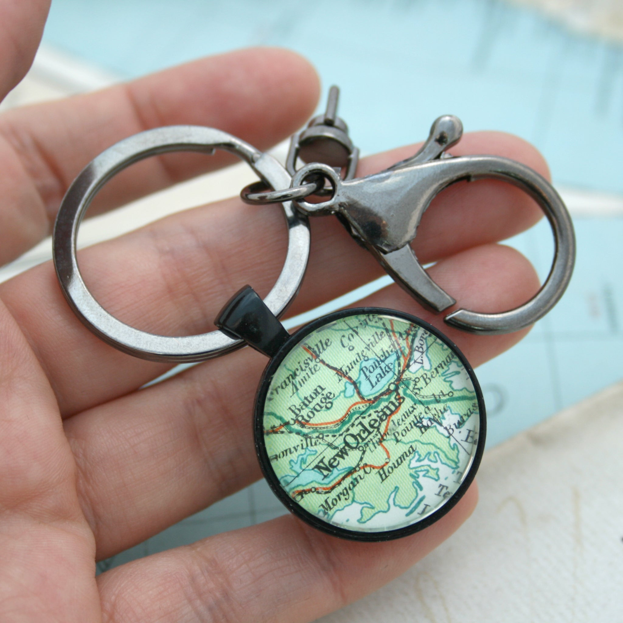 Hold in hand personalised keyring in black color featuring map of New Orleans