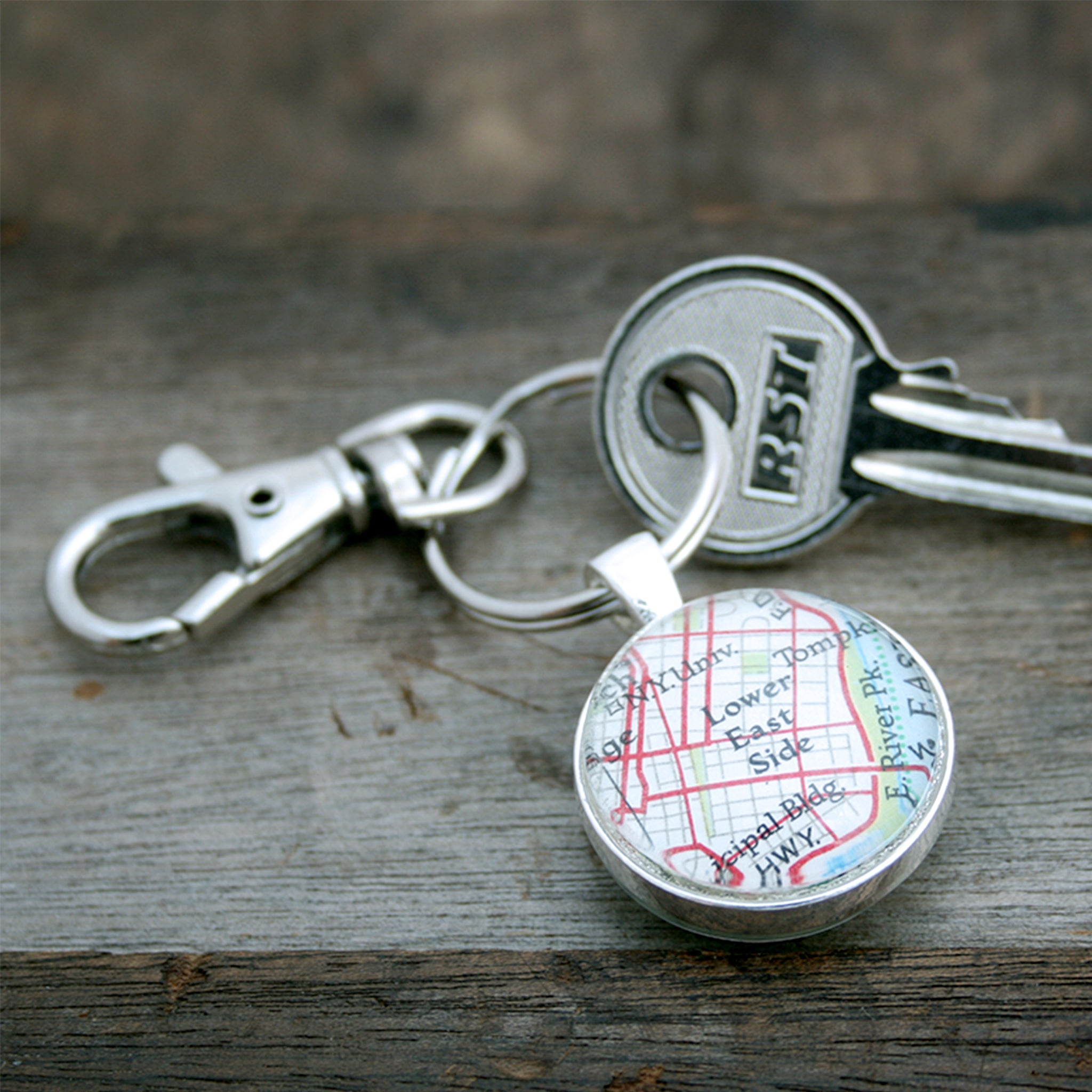 Personalised keyring in silver color featuring map of NY