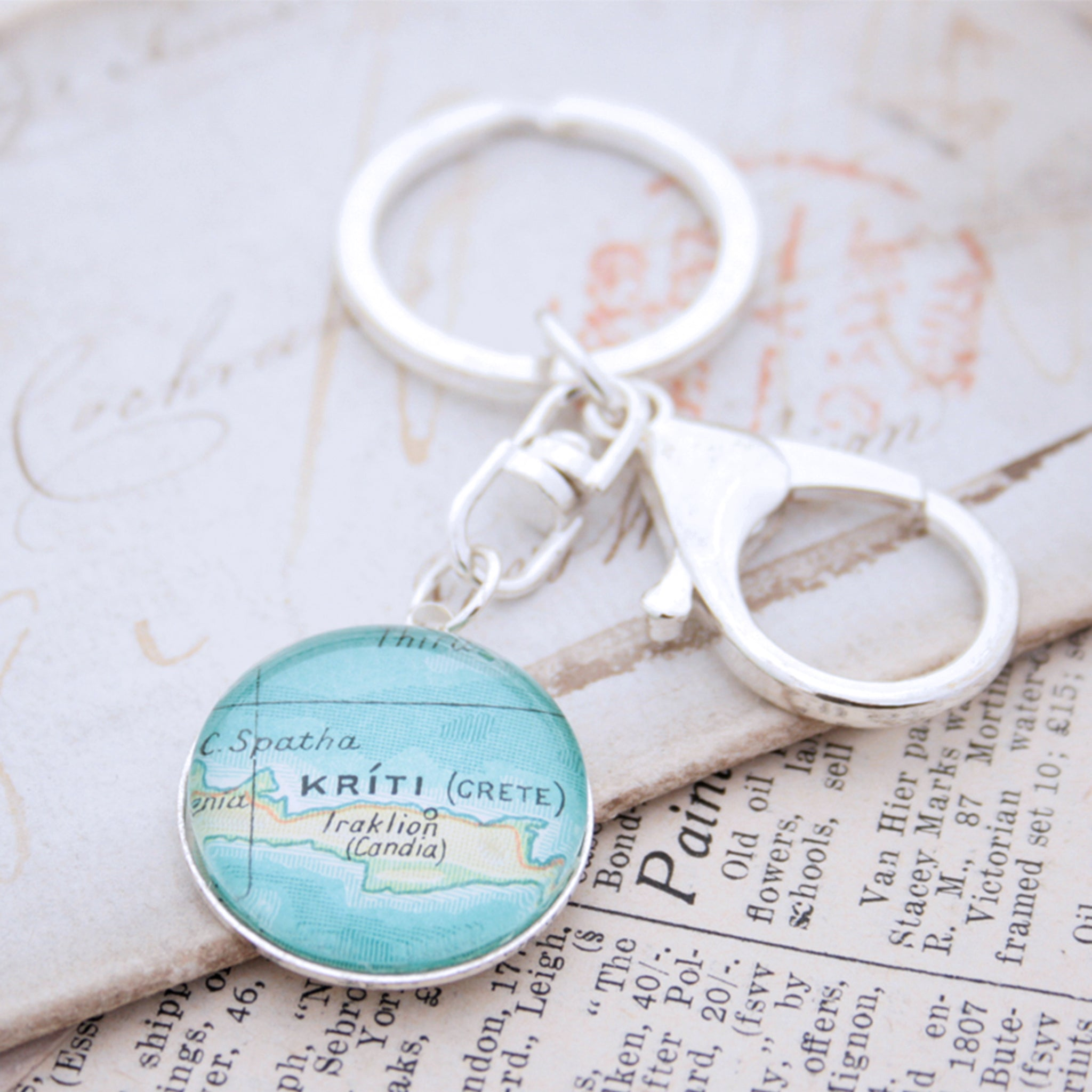 Personalised keyring in silver color featuring map of Kriti