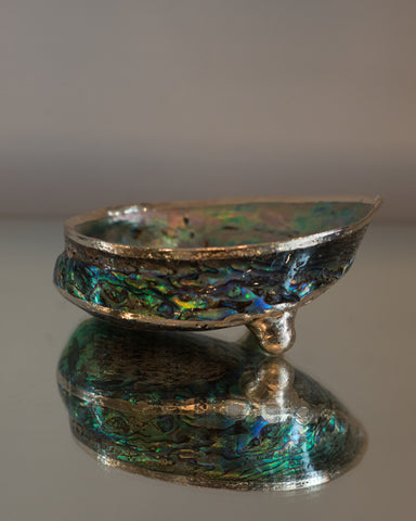CONTEMPORARY ABALONE SHELL DISH WITH A METAL RIM AND 2 LEGS