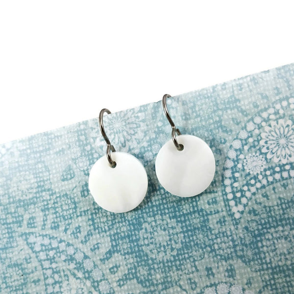 White round dangle earrings - Titanium and natural shell