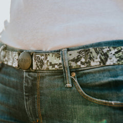 Woman wearing Camo Jelt elastic belt with jeans and a white t-shirt