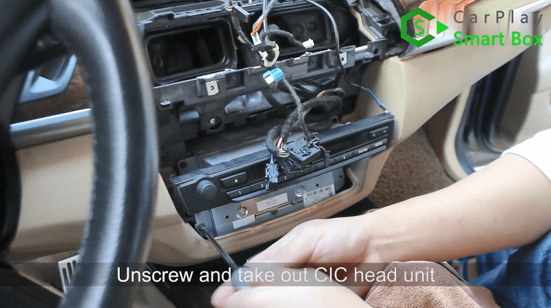 2.Unscrew and take out CIC head unit.