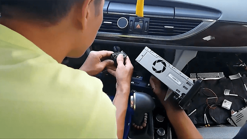 2.Unscrew and take out the head unit Wireless Apple Carplay Smart Box Installation Tutorial