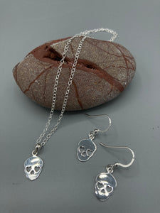 "Sterling Silver skull pendant on 16"" trace chain"