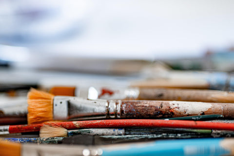 art-brushes-laying-on-studio-table