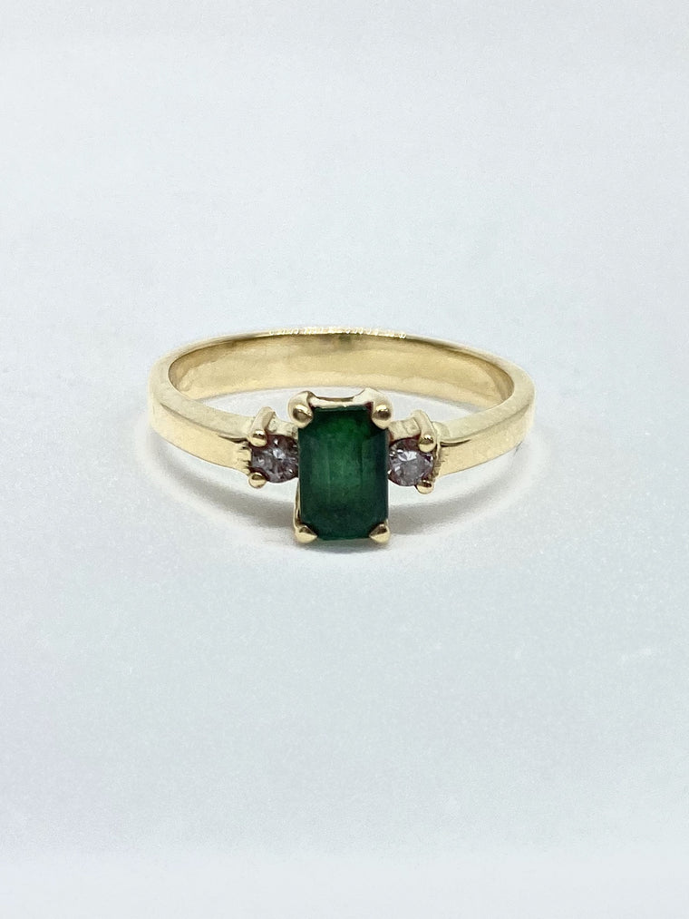 18ct Yellow Gold Emerald & Diamond Ring Approx. 0.08cts.