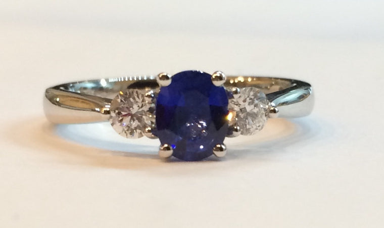 18CT WHITE GOLD DIAMOND & SAPPHIRE CLAW SET RING 2590/5