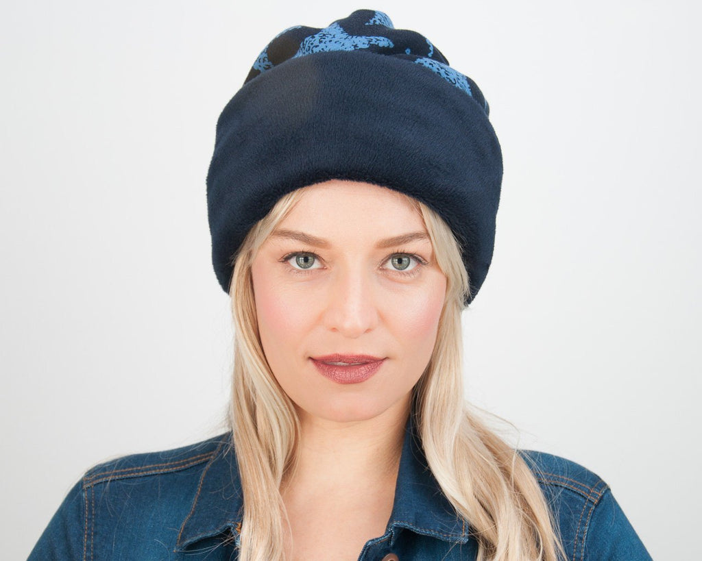 BEANIE - OVERSIZE CAP WITH BLUE STARS AND ON A COSY DARK BLUE GROUND © Seegang Berlin