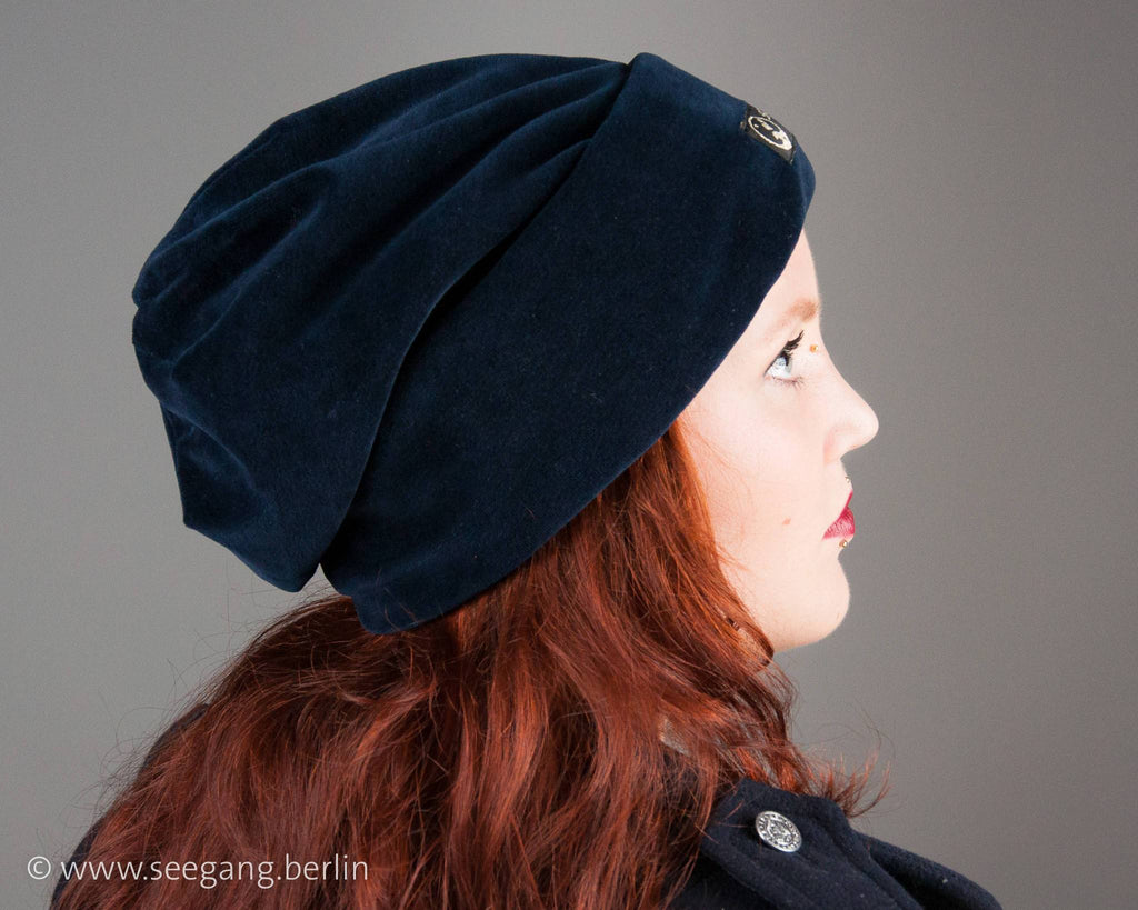 BEANIE - OVERSIZE IN DEEP DARK BLUE AND COSY VELVET © Seegang Berlin