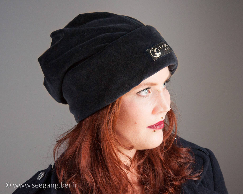 BEANIE - OVERSIZE VELVET CAP IN DARK FOREST GREEN AND COSY © Seegang Berlin