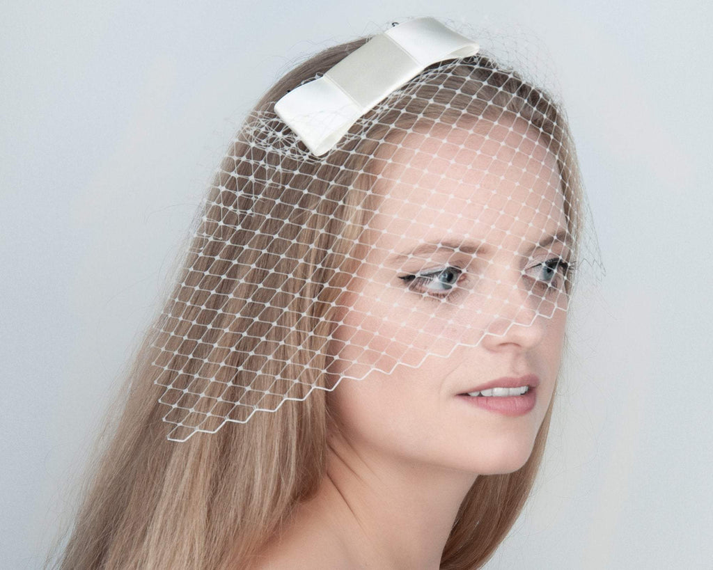 BIRDCAGE FASCINATOR - HEADDRESS WITH A VEIL AND A BOW IN CREME WHITE IVORY © Seegang Berlin