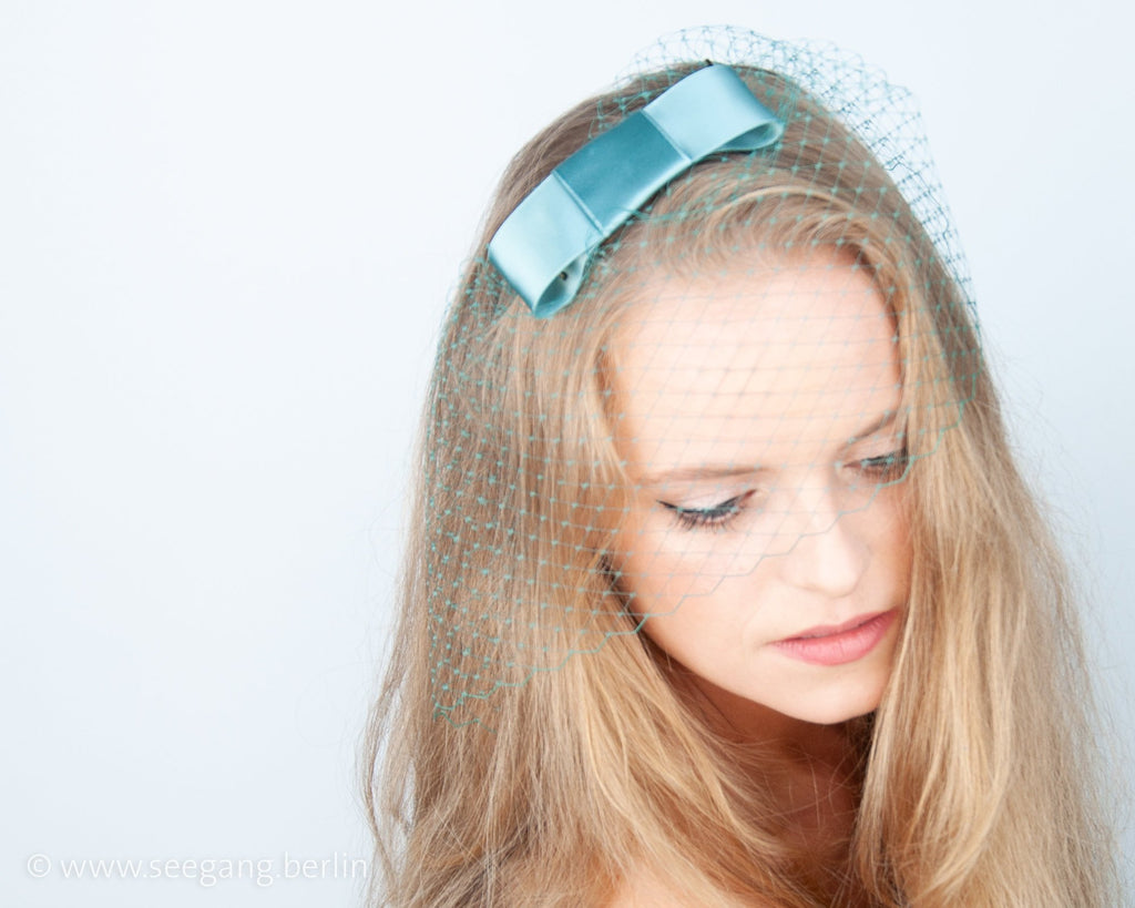 BIRDCAGE FASCINATOR - HEADDRESS WITH A VEIL AND A BOW IN NEO MINT SILVE SAGE GREEN © Seegang Berlin