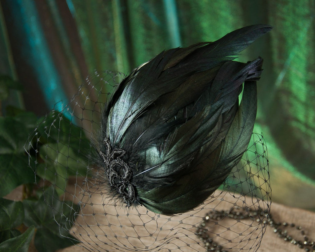 BIRDCAGE FASCINATOR - WITH SHIMMERING FEATHERS IN BLACK AND GREEN © Seegang Berlin