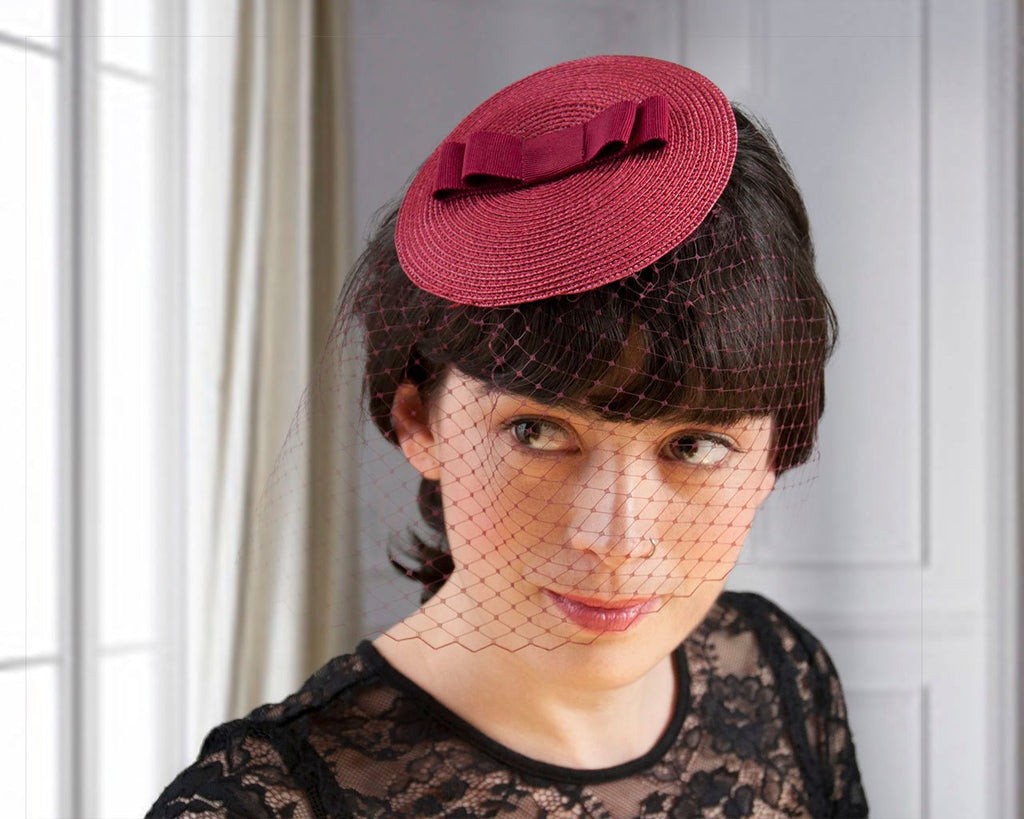 BIRDCAGE - VEIL FASCINATOR WITH A BOW IN BURGUNDY BORDEAUX WINE RED © Seegang Berlin