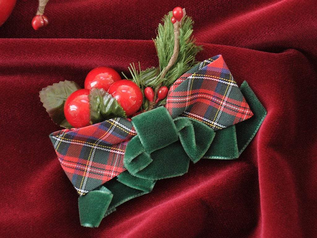 BROOCH - CHRISTMAS ACCESSORY WITH CLASSIC GREEN VELVET AND TARTAN DETAILS © Seegang Berlin