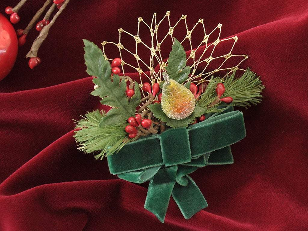 BROOCH - CHRISTMAS ACCESSORY WITH CLASSIC GREEN VELVET, GOLDEN VEIL AND FLORAL DETAILS © Seegang Berlin