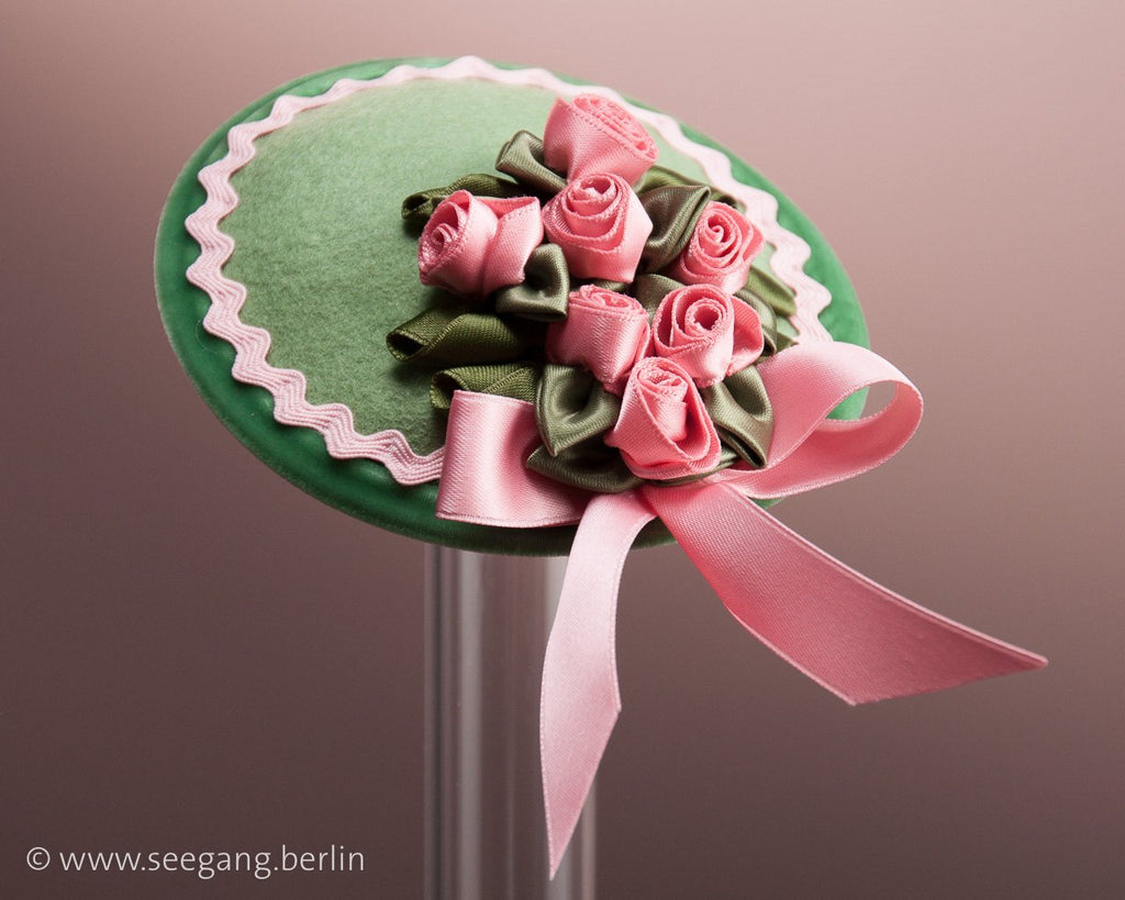 FASCINATOR - A BUNCH OF LITTLE PINK ROSES ON A LIGHT GREEN BASE © Seegang Berlin