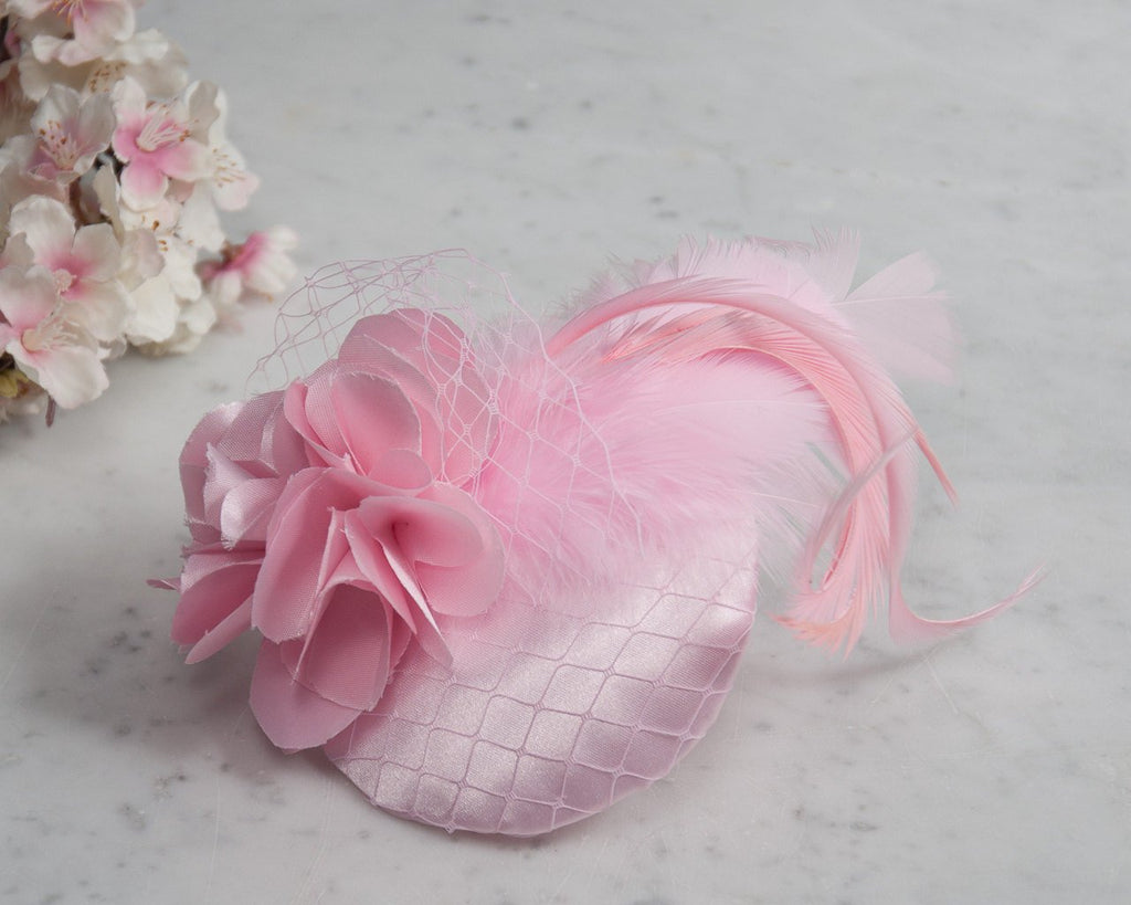 FASCINATOR - AIRY LIGHT PINK HAT WITH CURLED FEATHERS AND VEIL DETAILS © Seegang Berlin