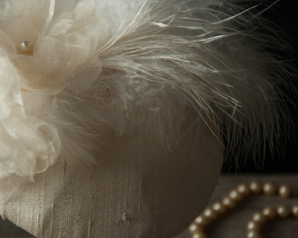 FASCINATOR - BRIDAL HAT IN CREAM SILK WITH FEATHERS © Seegang Berlin