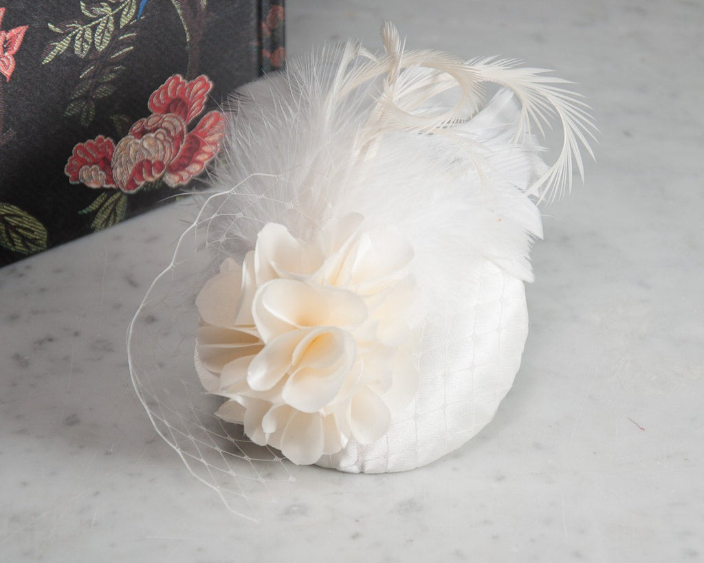 FASCINATOR - BRIDAL HEADPIECE WITH FEATHERS AND VEIL DETAILS, A DREAMY CREAM COLOURED CLOUD © Seegang Berlin