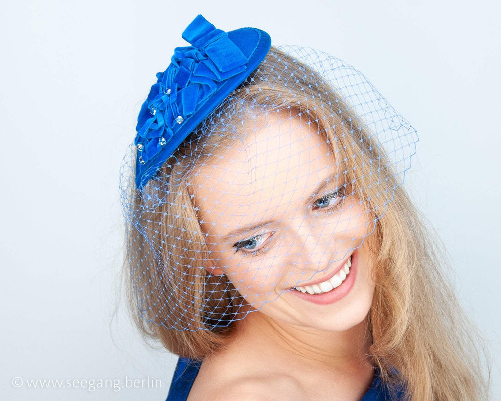 FASCINATOR - DROP SHAPED HEADDRESS WITH DRAPED VELVET RIBBON IN DARK BLUE © Seegang Berlin