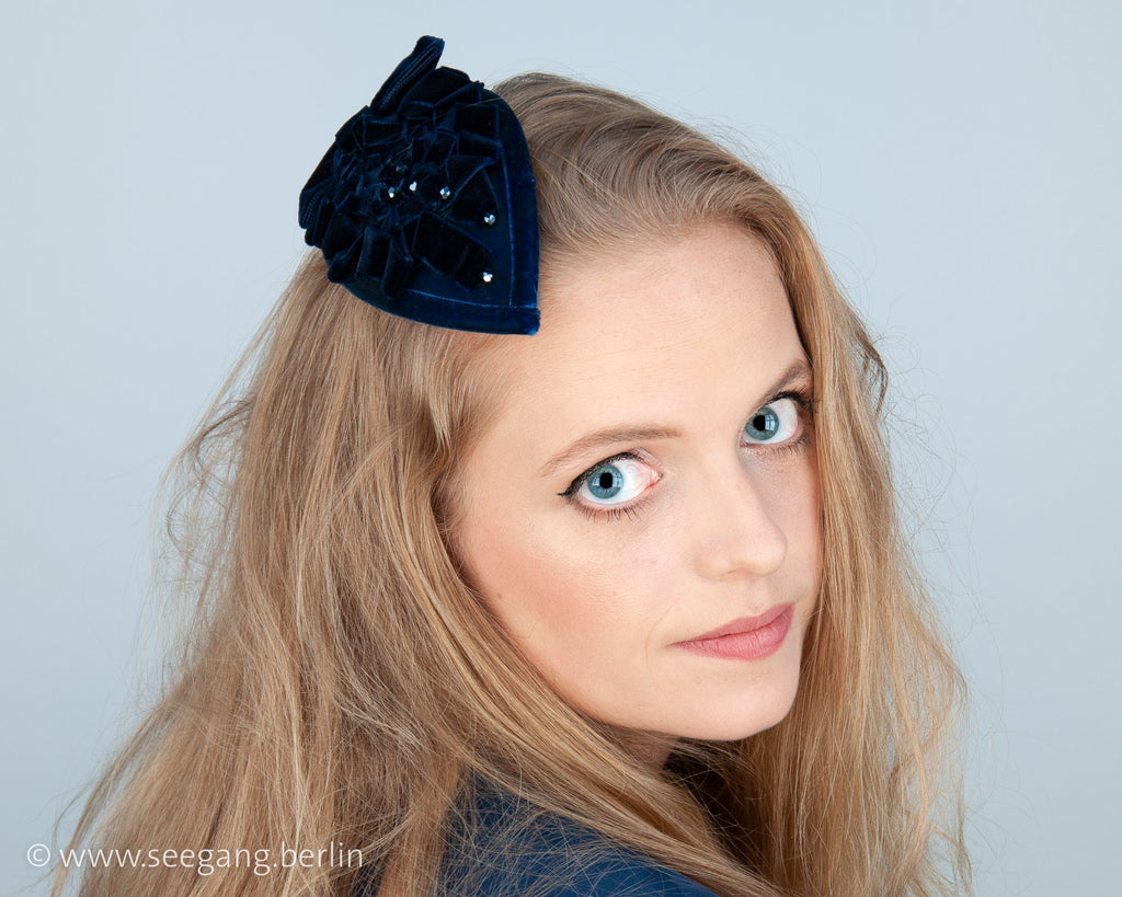 FASCINATOR - DROP SHAPED HEADDRESS WITH DRAPED VELVET RIBBON IN ROYAL BLUE © Seegang Berlin